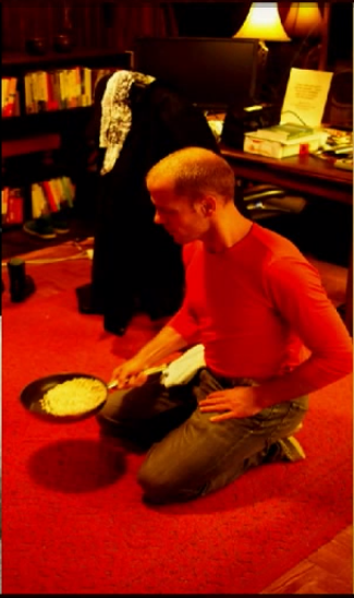 Tim Ferriss flipping a pan full of beans on his knees